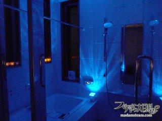 揺らめく青い光の水紋! 海の雰囲気たっぷりの手作りバスルーム