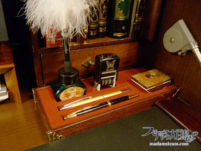 「ステーショナリートレイ」机の上の文具