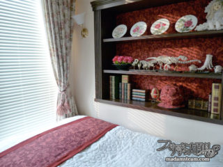 ベッドルームの壁のニッチ棚をベニヤ板と布でイメージチェンジ