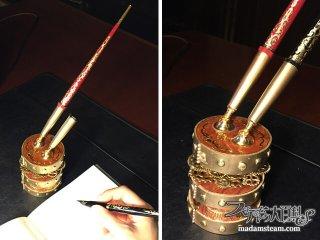書斎机の必需品「時計じかけの万年筆スタンド」