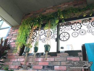 温室の窓に歯車のウォールステッカーを貼ってみました