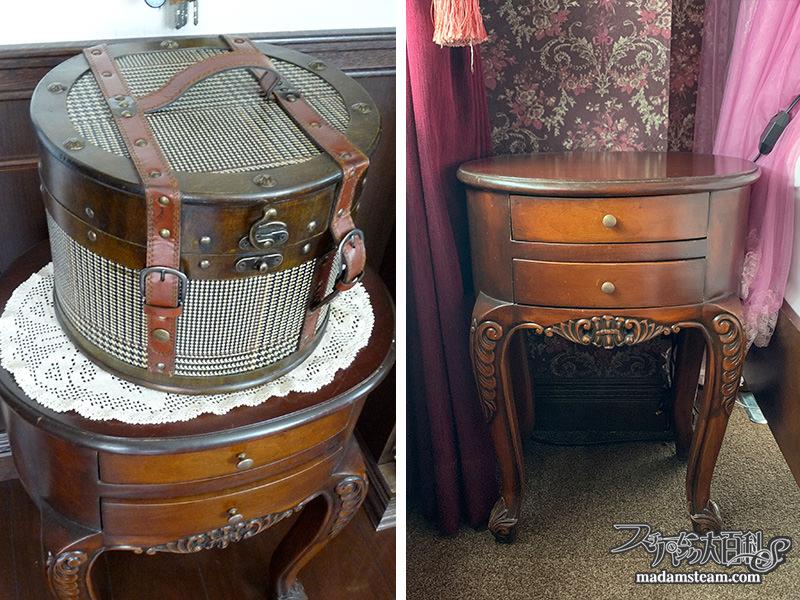 ベッドサイドテーブルとランプ