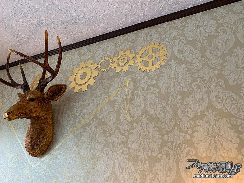 暖炉上の鹿と歯車モニュメント