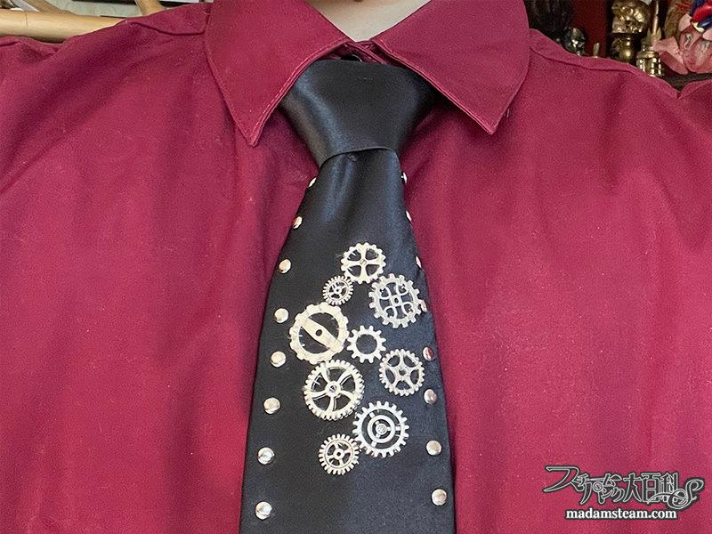 歯車モチーフの黒ネクタイ